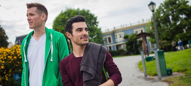 来自叙利亚的苏比是一位难民,也是性少数群体的一员。他在2012年9月逃离了战火纷飞的家乡伊德利卜,于2015年6月来到美国旧金山。在这里,他找到了爱人和一份全新的生活。
