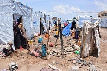 也门港口亚丁,一阵暴雨刚刚过去,因战争而流离失所的百姓正待在一处营地内。