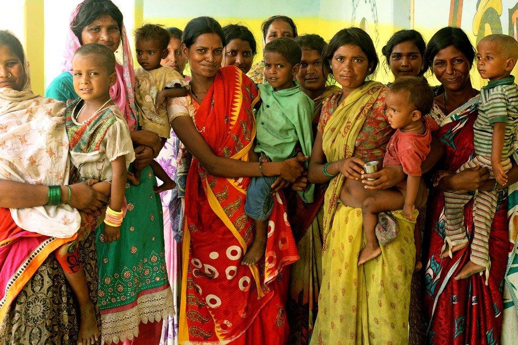印度马哈拉施特拉邦一部落社区成员合影。
