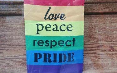 Bango lenye rangi za LGBTI linalohamasisha upendo, amani na heshima likiwa limetundikwa mjini New York Marekani mwezi Juni 2019
