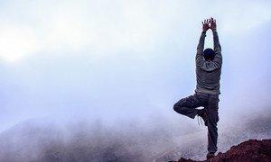 El árbol es una de las posturas más conocidas del yoga. Ahmed Soliman la practica en un entorno natural.