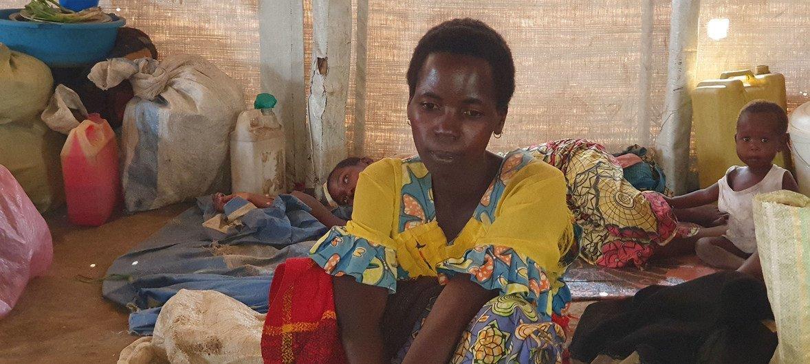 Uma mulher recém-desalojada em um local de deslocamento na cidade de Bunia, na República Democrática do Congo.