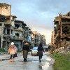 La vida vuelve lentamente a esta calle en el distrito Juret Al-Shayah de Homs, Siria. Los residentes que regresan a los barrios a los que huyeron para escapar de los combates se encuentran con calles desiertas y sin vida.