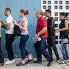 इक्वेडोर और पेरू की सीमा पर वेनेज़्वेला छोड़ कर जाने वाले लोगों की लाइन.