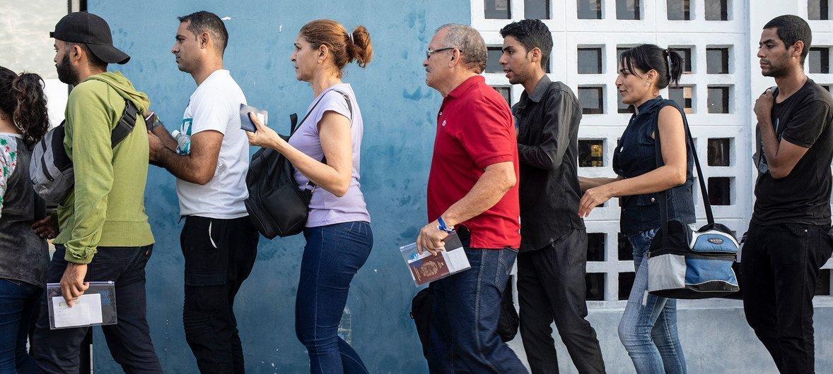 वेनेज़ुएला छोड़ कर जाने वाले लोगों की इक्वेडोर और पेरू की सीमा पर लाइन.