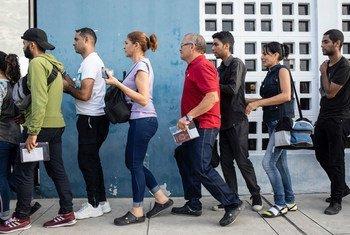 委内瑞拉人在厄瓜多尔 - 秘鲁边境排队等候为护照盖章。