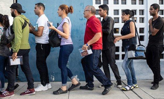 Venezuelanos na fronteira entre Equador e Peru