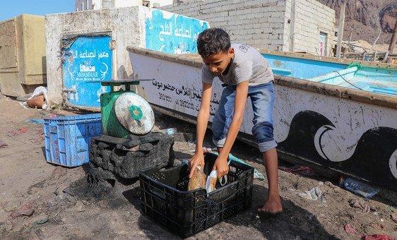 Sam é um menino deslocado em Hodeida, no Iêmen. Em todo o mundo, cerca da metade dos refugiados são crianças.