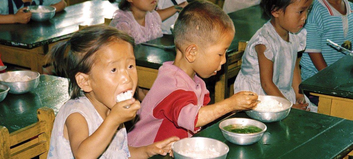 朝鲜平壤西北部一家农村托儿所内的儿童正在用餐。