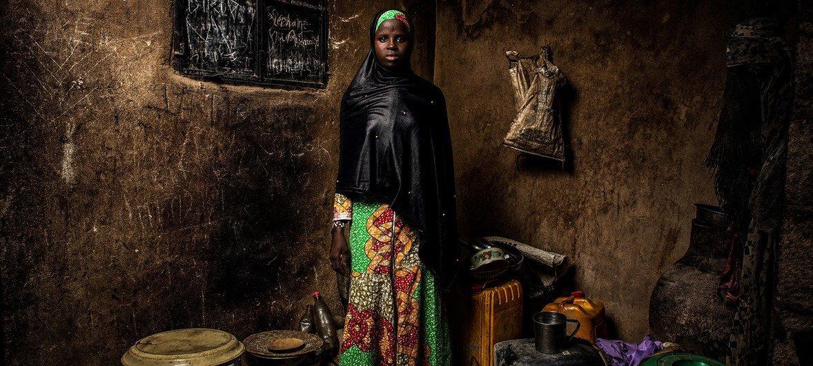 Bintu Mohammed, de 13 anos, vive em Banki, na Nigéria. Sua escola foi destruída durante um ataque há quatro anos.