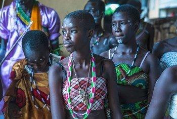 南苏丹的学生在表演一场反映冲突中性暴力问题的戏剧。 (2016年6月资料图片)