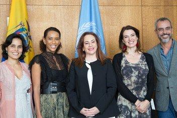 Integrantes da equipe da série Aruanas com a presidente da Assembleia Geral, María Fernanda Espinosa, na sede da ONU em Nova Iorque.