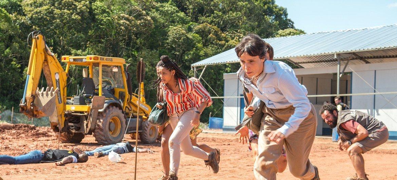 Verônica ( Taís Araújo ) e Natalie ( Débora Falabela ) em cena na série Aruanas.