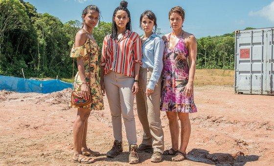 Clara ( Thainá Duarte ), Verônica ( Taís Araújo ), Natalie ( Débora Falabela ) e  Luiza ( Leandra Leal ) no Garimpo Eldorado, da série Aruanas.