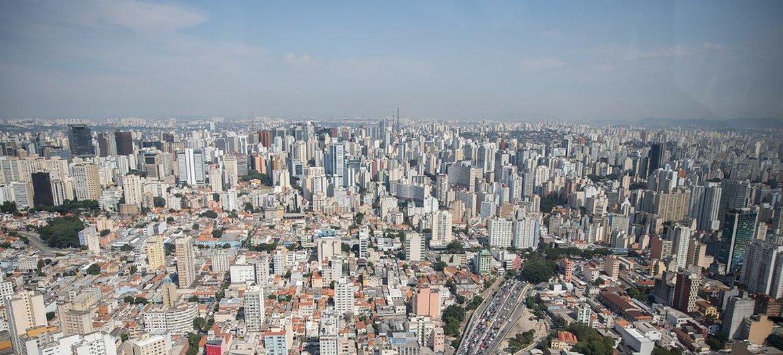 No Brasil, servidores federais ganham em media 96 por cento a mais do que profissionais do setor privado.