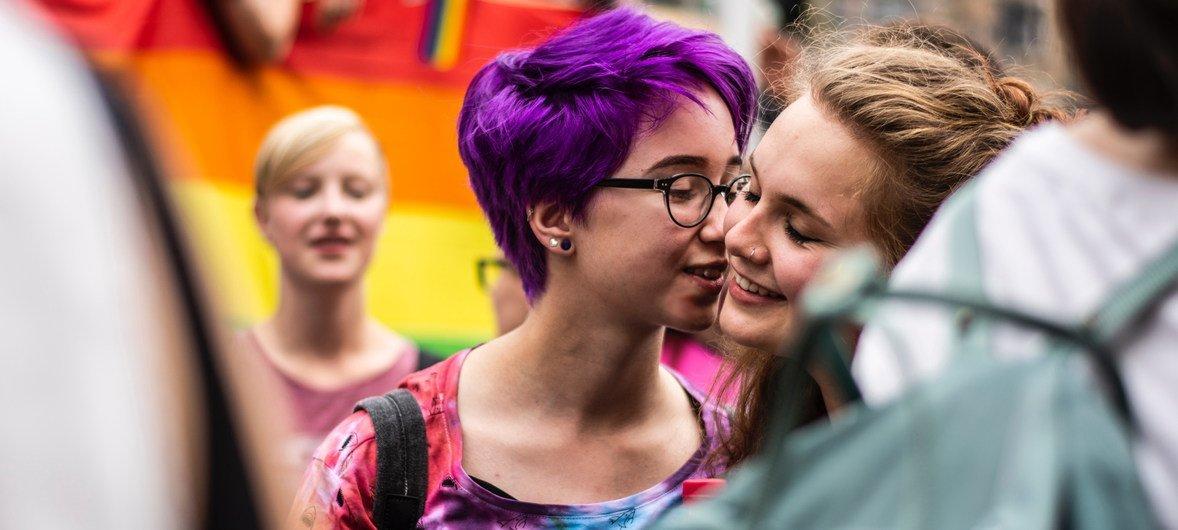 """为纪念1969年6月发生在纽约""""石墙酒吧""""的抗议事件,每年六月,世界各地都会举行""""骄傲游行"""",为性少数群体争取应有的权利,六月也随之成为了""""骄傲月"""",大街小巷常能见到彩虹旗的身影,许多商铺也会贴上彩虹标签以示支持。"""
