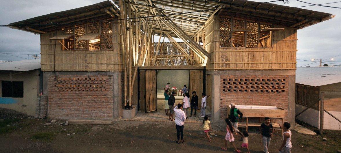 Kituo cha kitamaduni huko Chamanga nchini Ecuador, ambacho ubunifu wake ukiwa ni baada ya tetemeko la ardhi la mwaka 2016