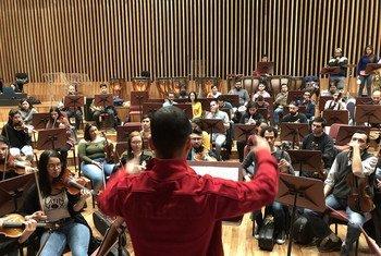 El director venezolano Emmanuel González ensaya con su orquesta Latin Vox Machine, compuesta por refugiados y migrantes de muchas partes del mundo.