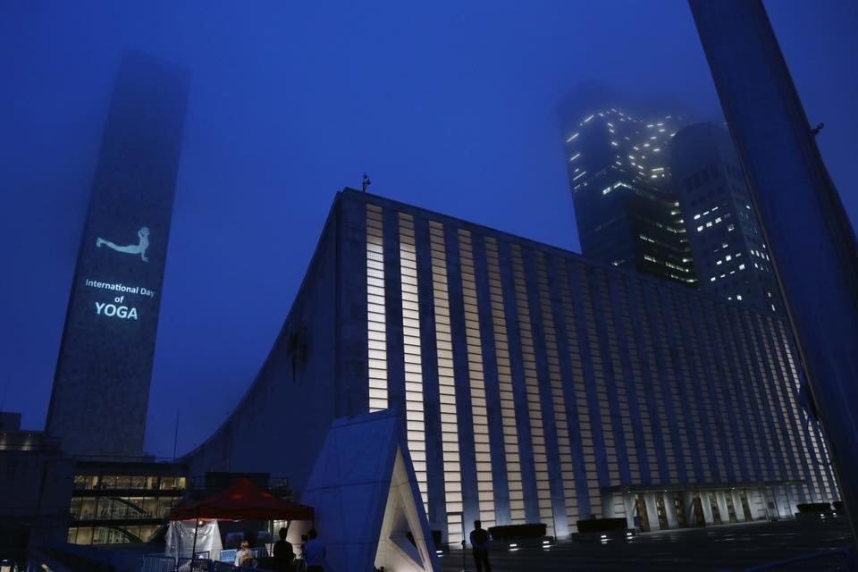 El edificio de la ONU en Nueva York durante las celebraciones del Día Internacional del Yoga 2019