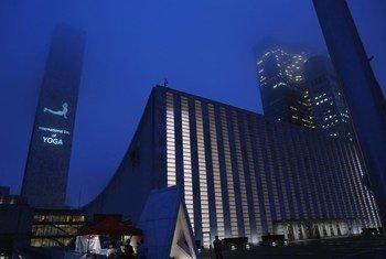 Imagens projetadas contra a sede da ONU, em Nova Iorque, para marcar o Dia Internacional de Ioga