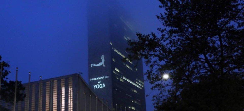 Imagens sobre Dia Internacional de Ioga projetadas na sede da ONU
