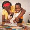 8岁的Filomena出生时患有痉挛性四肢瘫痪和癫痫症。图为她和母亲在莫桑比克马普托的社会心理康复中心画画。 (2018年10月8日图片)