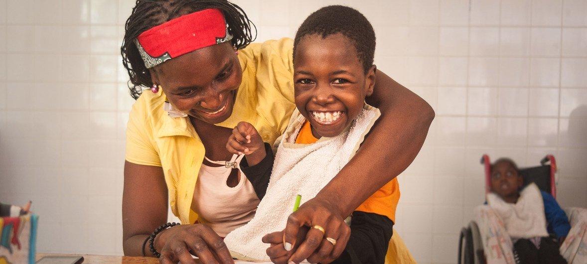 Filomena, de oito anos, nasceu com paralisia e epilepsia, e frequenta um centro de apoio em Maputo