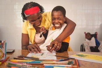 Filomena de 8 años y que sufre de epilepsia, dibuja junto a su mamá en Maputo, Mozambique.