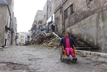 هناء فتاة سورية تبلغ من العمر ثماني سنوات. أصيبت هناء بالشلل جراء انفجار قنبلة، تجلس على كرسيها المتحرك بالقرب من منزلها في مدينة حلب، سوريا (28 فبراير 2018)
