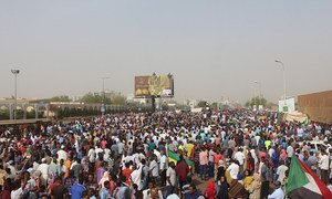 Protesters gather in front of the headquarters of the Sudanese army in the capital, Khartoum. (11 April 2019)