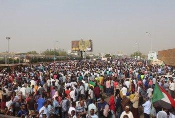 Waandamanaji wakikusanyika mbele ya Makao Makuu ya jeshi la Sudan mjini Khartoum (11 April 2019)