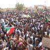Umati wa watu wakianadamana kwenye mitaa ya mji mkuu wa Sudan Kharthoum 11 Aprili 2019