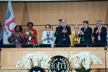 Vote final sur la convention et la recommandation concernant l'élimination de la violence et du harcèlement dans le monde du travail lors de la 108e session de la Conférence internationale du Travail.