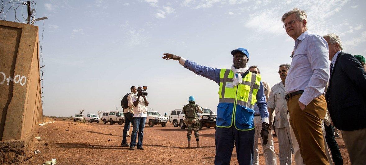 Mkuu wa Operesheni za Amani ya UN, Jean-Pierre Lacroix na Pedro Serrano, Naibu Katibu Mkuu wa Huduma ya Ulaya kwa Hatua za nje, watembelea mradi wa usalama wa uwanja wa ndege wa Mopti nchini Mali. Mradi huo unafadhiliwa na EU kwa msaada wa MINUSMA.