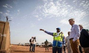 Le chef des opérations de paix de l'ONU, Jean-Pierre Lacroix visite le projet de sécurisation de l'aéroport de Mopti, au Mali. Le projet est financé par l'UE et la MINUSMA