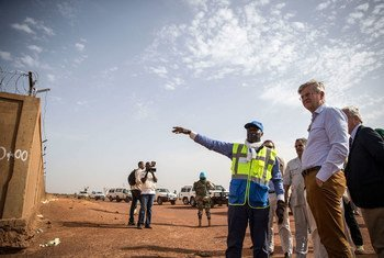 En juin 2019, le chef des opérations de paix de l'ONU, Jean-Pierre Lacroix, visite le projet de sécurisation de l'aéroport de Mopti, au Mali.