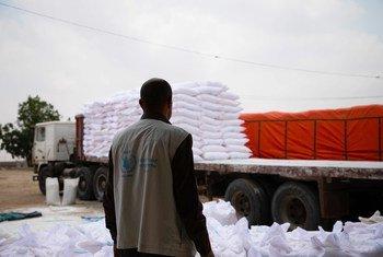 Un camión con ayuda del PMA en Yemen.