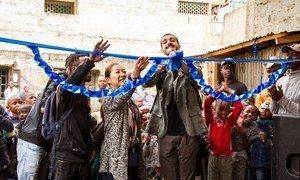 Kazumi Ogawa, Mnadhimu Mkuu wa UN-Habitat, akifungua kituo cha kona ya watoto kwenye uwanja wa mpira wa Mlango Kubwa huko Mathare, katika mji mkuu wa Kenya, Nairobi