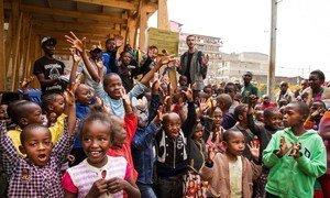 Umati wa watu wakiwemo watoto wakiwa wamekusanyika wakati wa ufunguzi wa kona ya watoto kwenye eneo la Mathare mjini Nairobi nchini  Kenya.
