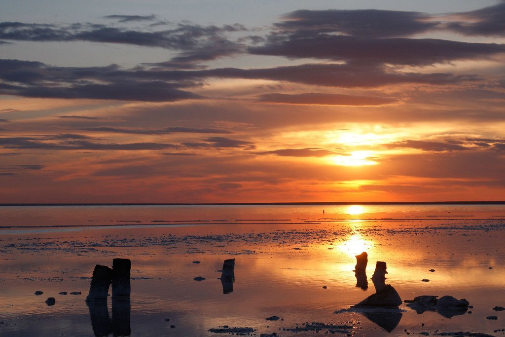 Jua likizama katika eneo la mwambao wa ziwa Elton nchini Urusi