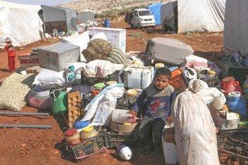 一些家庭在叙利亚伊德利卜以北50公里处的一个临时营地中避难。 自2018年9月初以来,由于该国西北部的敌对行动升级,成千上万人流离失所。