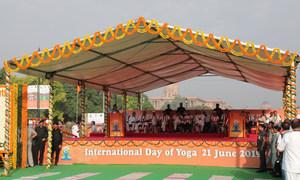 भारत की राजधानी दिल्ली में एक सरकारी पंडाल जहाँ मंत्रियों सहित अनेक लोगों ने योग कार्यक्रम में हिस्सा लिया