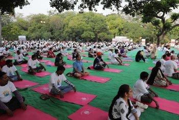 अनेक सार्वजनिक पार्कों में लोग योग के लिए इकट्ठा हुए