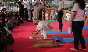 कई स्थानों पर योग गुरुओं ने अपने करतब दिखाए जिन्हें लोगों ने बड़ी उत्सुकता से देखा. (21 जून 2019)