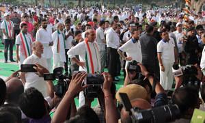अनेक स्थानों पर आयोजित योग कार्यक्रमों में भारत सरकार के मंत्रियों ने भी शिरकत की. ऐसे ही एक कार्यक्रम में राजनाथ सिंह और प्रकाश जावड़ेकर (21 जून 2019)