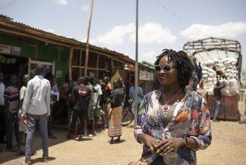 Balozi mwema mpya wa UNHCR Mercy Masika Muguro akiwa nje ya duka kwenye kambi ya wakimbizi ya Kakuma nchini Kenya