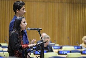 Hanan Abu Asbeh, uma garota de 15 anos da Cisjordânia, e Hatem Hamdouna, de 14 anos, de Gaza, discursam na ONU em Nova Iorque.