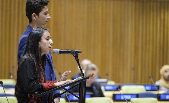 Hanan Abu Asbeh, 15 ans de Cisjordanie (au micro), et Hatem Hamdouna, 14 ans, de Gaza, devant la Conférence des bailleurs de fonds de l'UNRWA à New York.