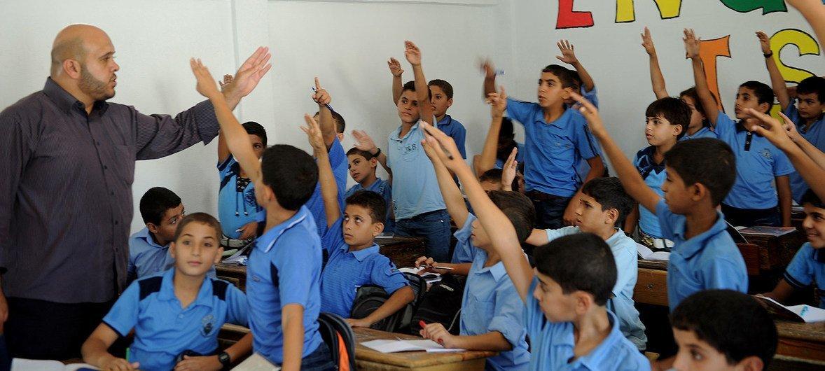 巴勒斯坦难民儿童正在近东救济工程处开办的学校内上课。