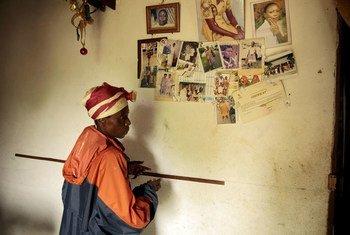 Vivendo nos Camarões, Christine é uma viúva de 64 anos que começa o dia às 5 horas da manhã para pegar os produtos que vende em uma feira.